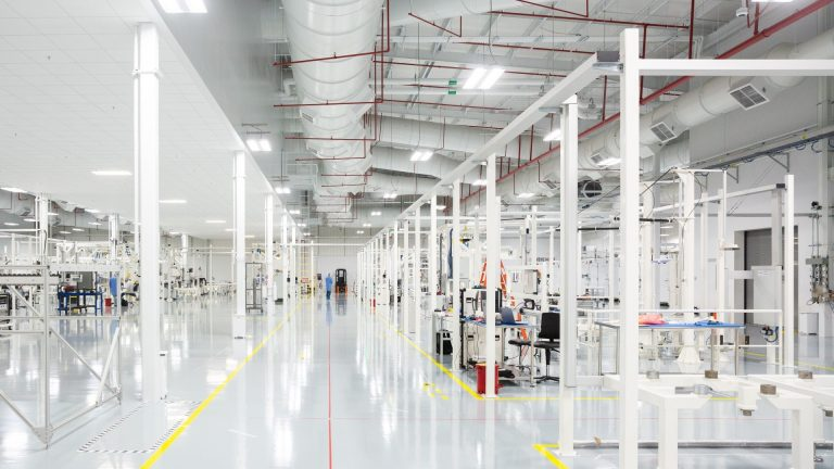 OneWeb e Airbus inauguram planta para produzir satélites em larga escala