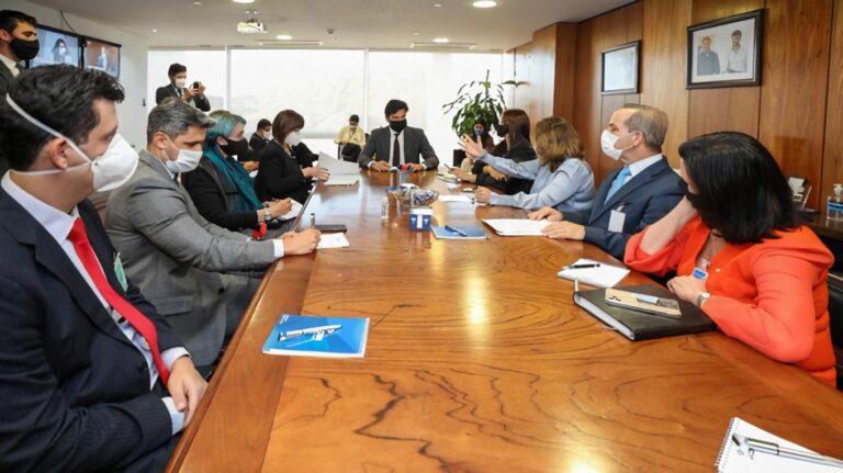 Ministro promete conectividade em escolas; governo questiona repasse do Fust para educação